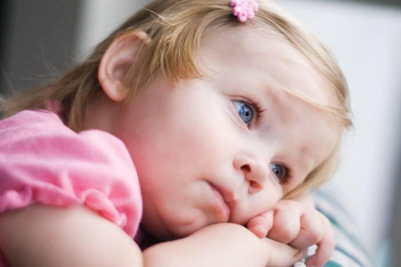 Какую-то инфекцию наверно проглотил: о чем может сигнализировать рвота у ребенка и что необходимо знать для оказания первой помощи