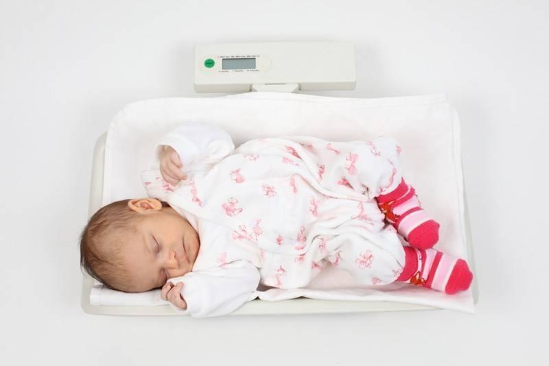 Срыгивание у новорожденных после кормления: причины