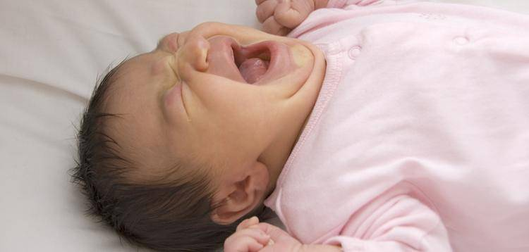 Выпускаем газики: что делать при вздутии живота и какие лекарства можно давать новорожденному?