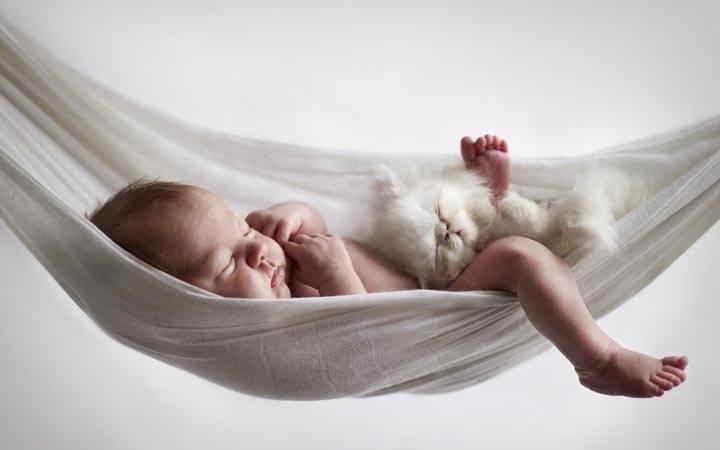 Почему ребенок вздрагивает во сне, причины, что делать