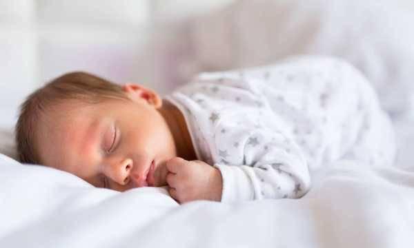 Можно ли новорожденному спать на животе: плюсы и минусы, мнения педиатров