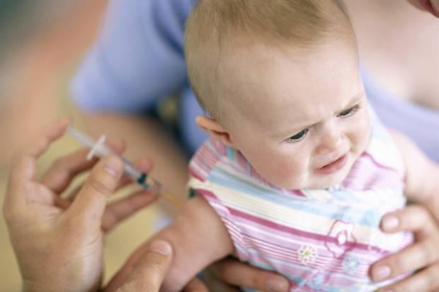 Почему нельзя купать ребенка после прививки — причины