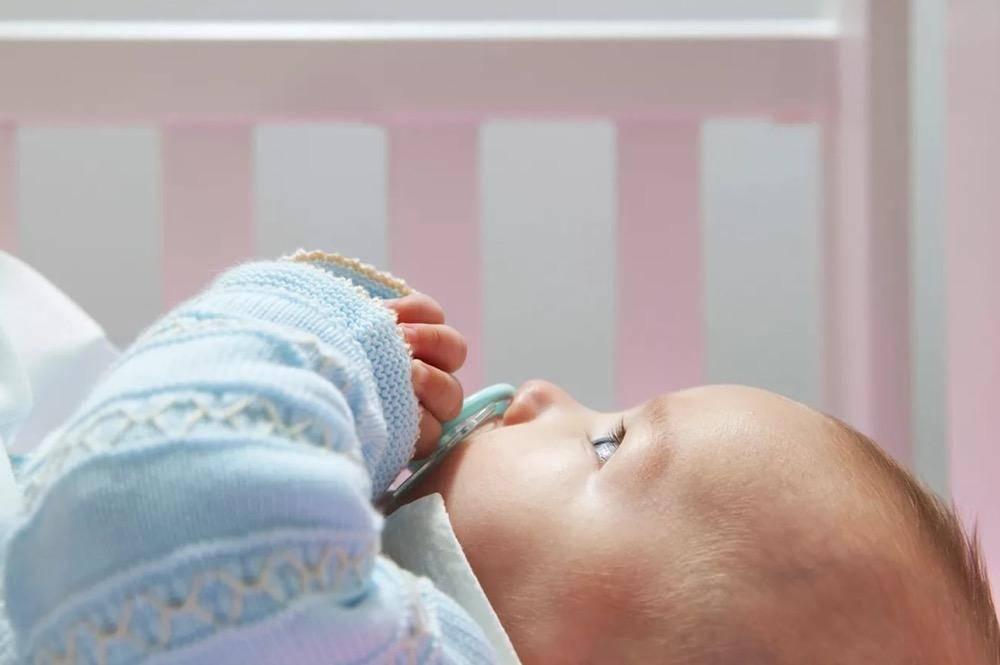 Почему новорожденный закатывает глаза при засыпании или во сне