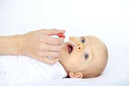 Насморк у новорожденного ребенка: что делать и чем лечить