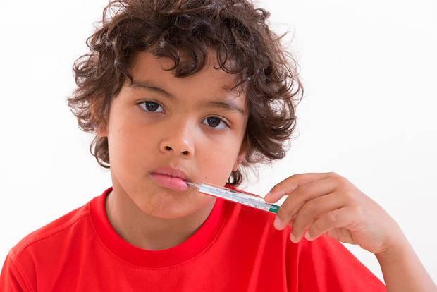 Высокая температура у ребенка: сбивать и лечить