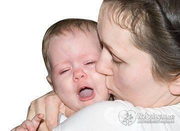 Ребенок плачет при кормлении - что делать