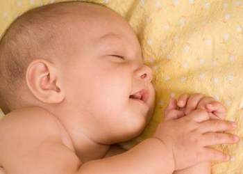 Ребенок 7 месяцев выгибает спину и запрокидывает голову