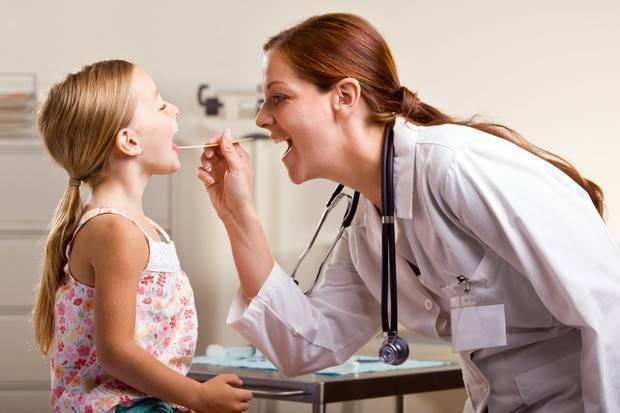Как понять что болит горло у грудничка?