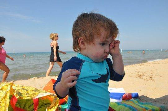 Как закапать капли в глаза ребенку