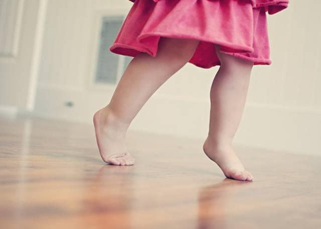 Почему ребёнок ходит на носочках. причины в 1, 2, 3 года. что делать, как отучить, массаж, упражнения
