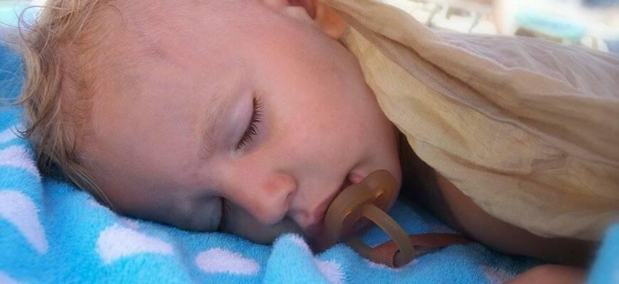 Потеет голова у грудничка во время кормления и сна: причины, что делать
