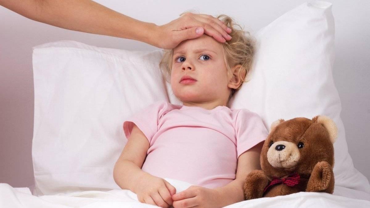 Можно ли кормить ребенка после срыгивания фонтаном. после кормления ребенок срыгнул фонтаном: что делать