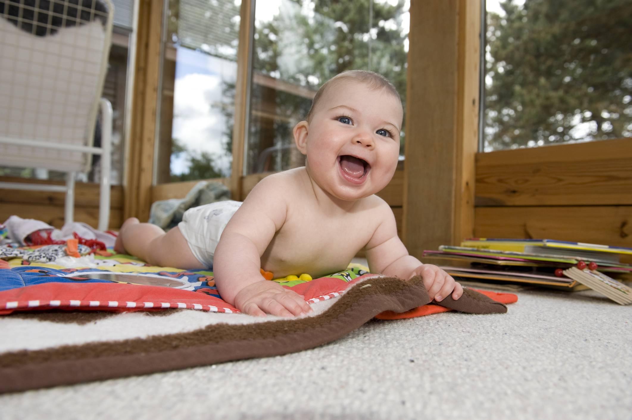 Ребенок в 4 месяца не переворачивается на живот
