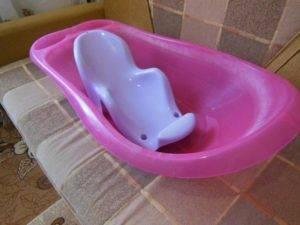 Купание ребёнка в ванночке с горкой