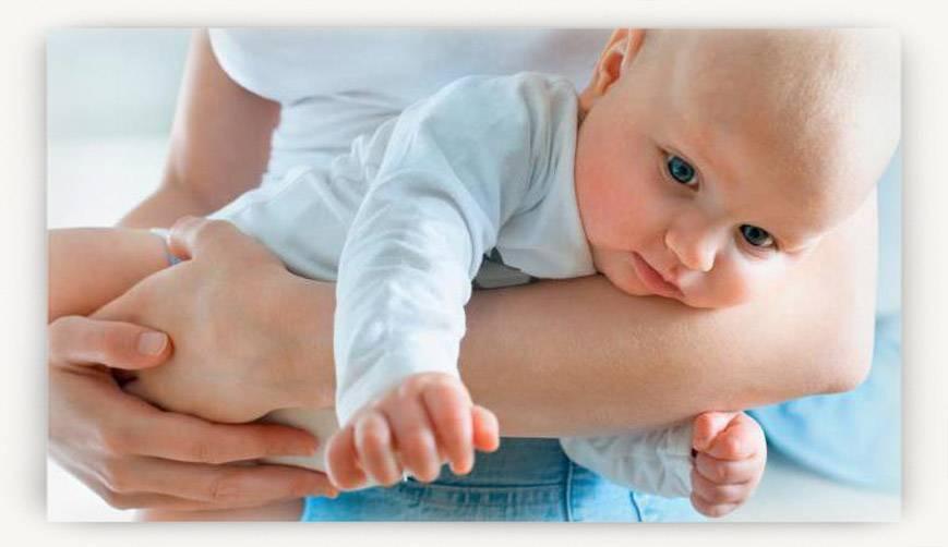 Когда ребенок начинает держать голову: норма и отклонения
