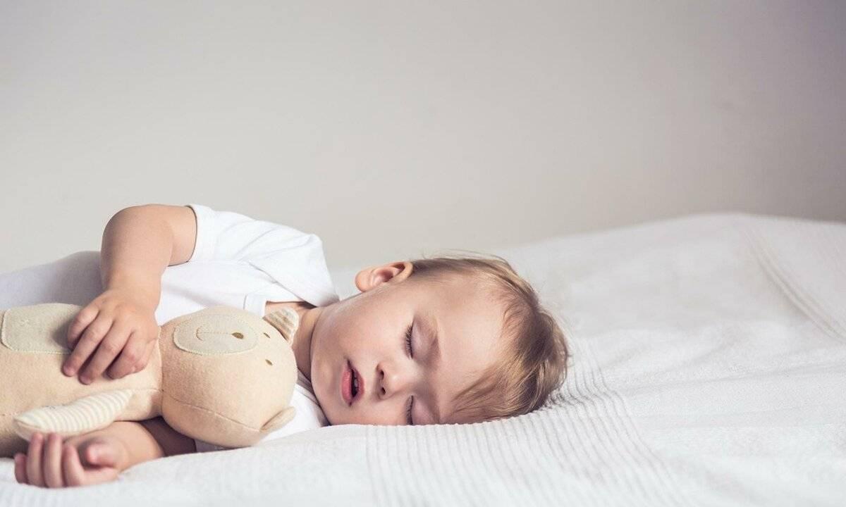 Почему ребенок потеет во сне