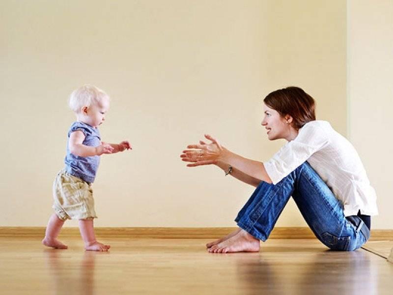 Во сколько ребенок начинает ходить — норма
