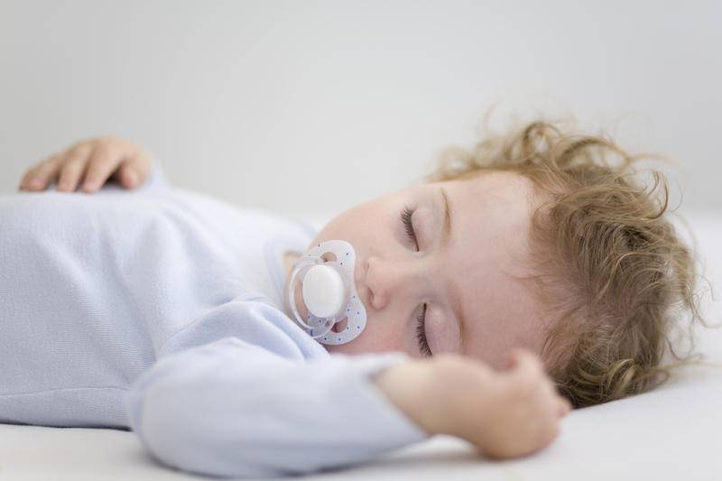 Ну вот как научить ребенка спать самостоятельно в своей кроватке????