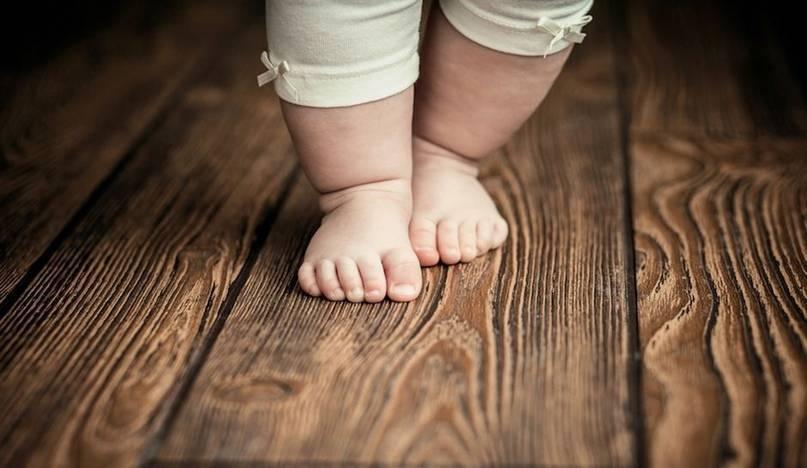 Во сколько ребенок начинает ходить самостоятельно? все о нормах развития навыка для мальчиков и девочек