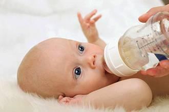 Как понять, что у грудничка болит горло: чем лечить ребенка до года или новорожденного