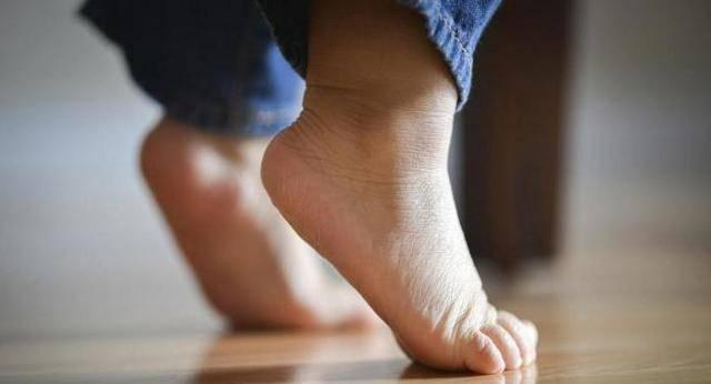 Должна ли ходьба малыша на цыпочках насторожить родителей?