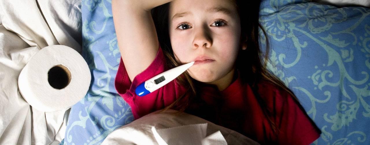 Простуда у грудничка: как не заразить грудного ребенка если мама заболела, лечение и симптомы у новорожденного, признаки, как лечить и можно ли кормить молоком