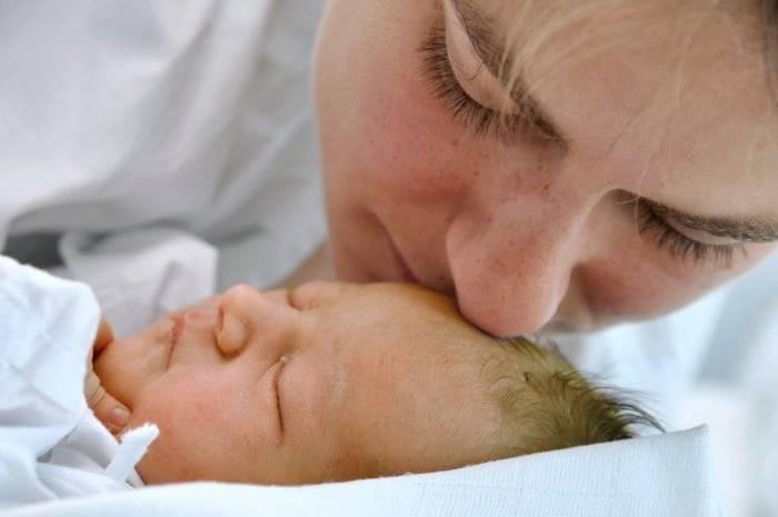 Причины, по которым новорожденный малыш много спит. стоит ли волноваться молодым родителям? что предпринять?