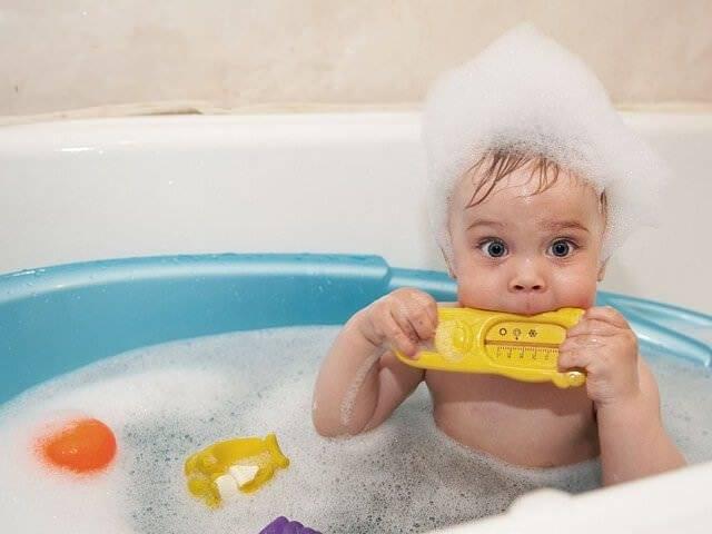 В какой воде нужно купать новорожденного малыша?