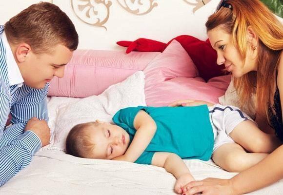 Почему новорожденный ребенок беспокойно спит ночью