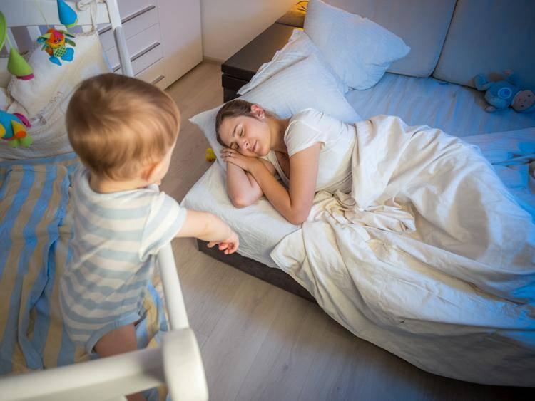 Как помочь грудничку, который не спит весь день