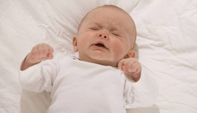 Новорожденный: лечить или пройдет? 7 вопросов неврологу. ребенок вздрагивает, срыгивает, трясутся ручки и ножки