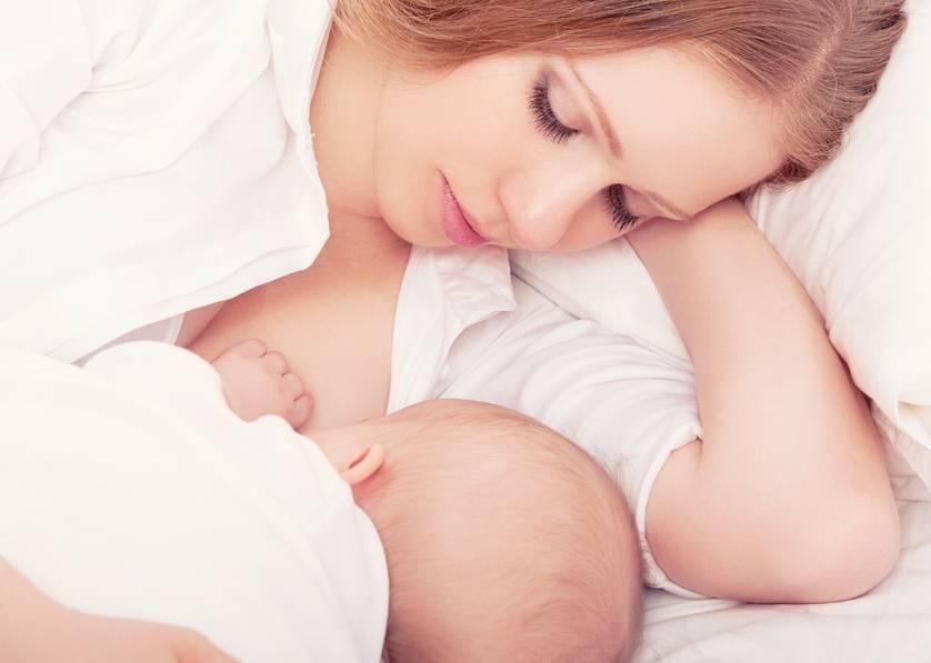 Как кормить грудью – лучшие позы для кормления новорожденного и как кормить малыша грудью в общественном месте