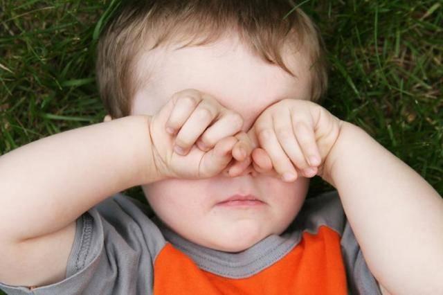 Как вытащить ресничку из глаза малыша?