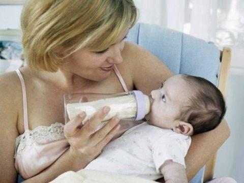 Как правильно кормить новорожденного из бутылочки смесью