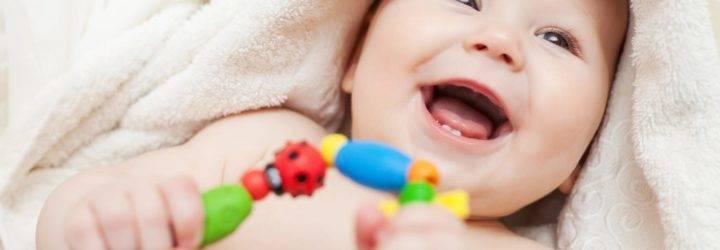Когда маленькие дети начинают реагировать на звуки погремушек