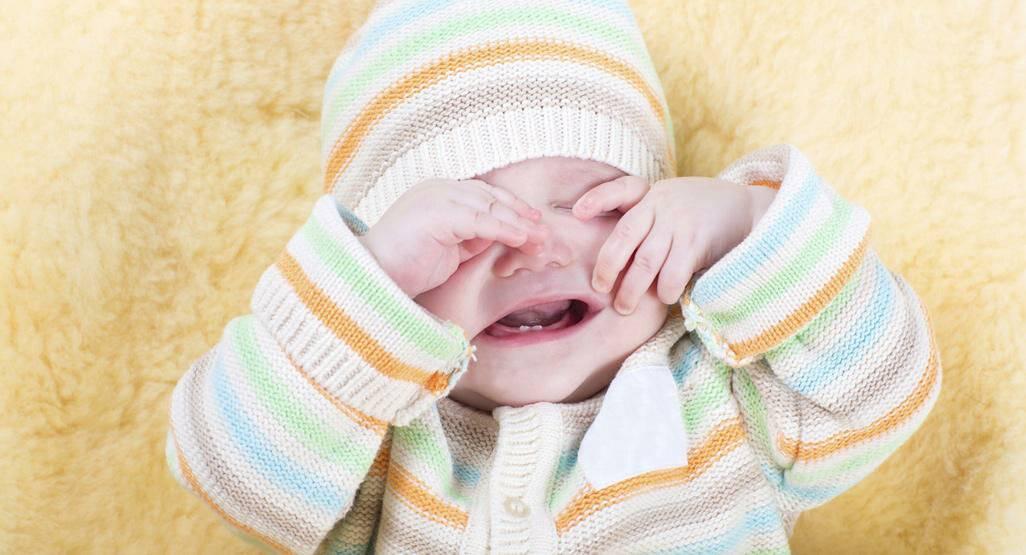 Ребенок кричит, плачет во время купания ((