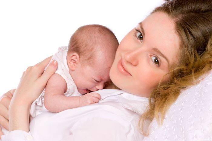 Почему новорожденный плачет: причины - грудничок постоянно плачет и отказывается от грудного молока, закатывается после купания, как его успокоить