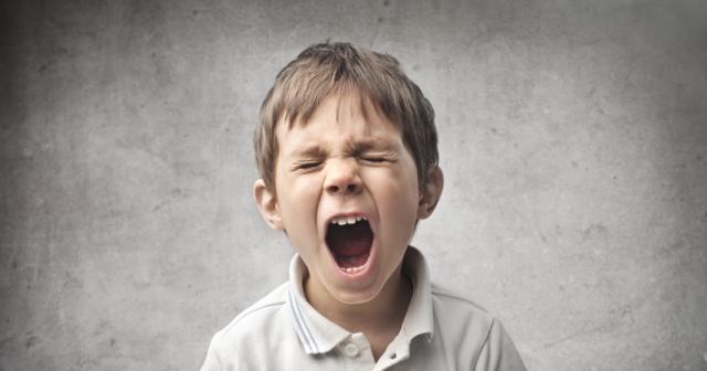 Ребенок закатывает глаза вверх или в сторону, когда засыпает или спит — почему это происходит?