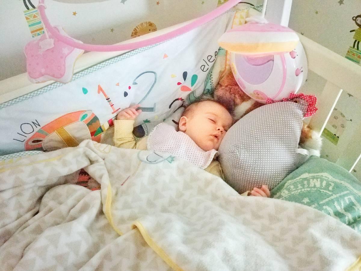 Сколько должны спать грудные дети с первой по 12-ю неделю жизни