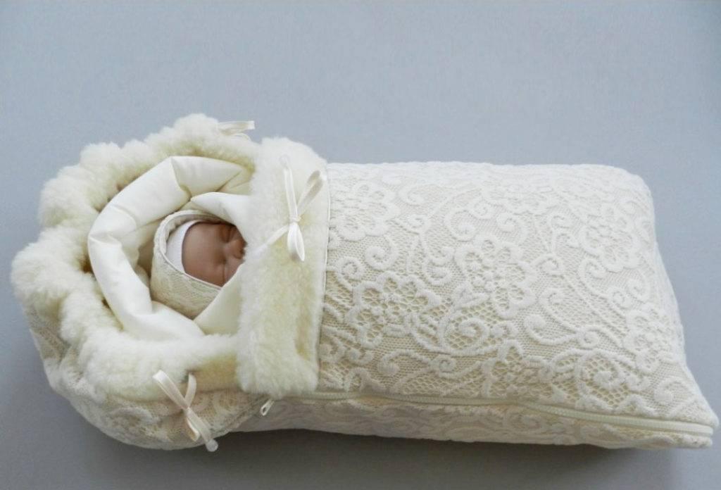 Что надевать новорожденному под меховой конверт?