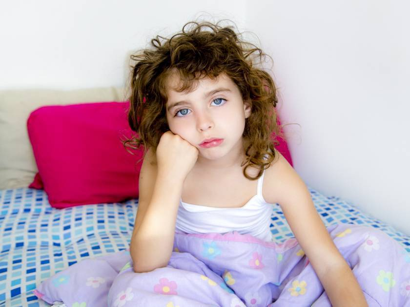 У грудничка сильно потеет голова во время кормления или сна: причины