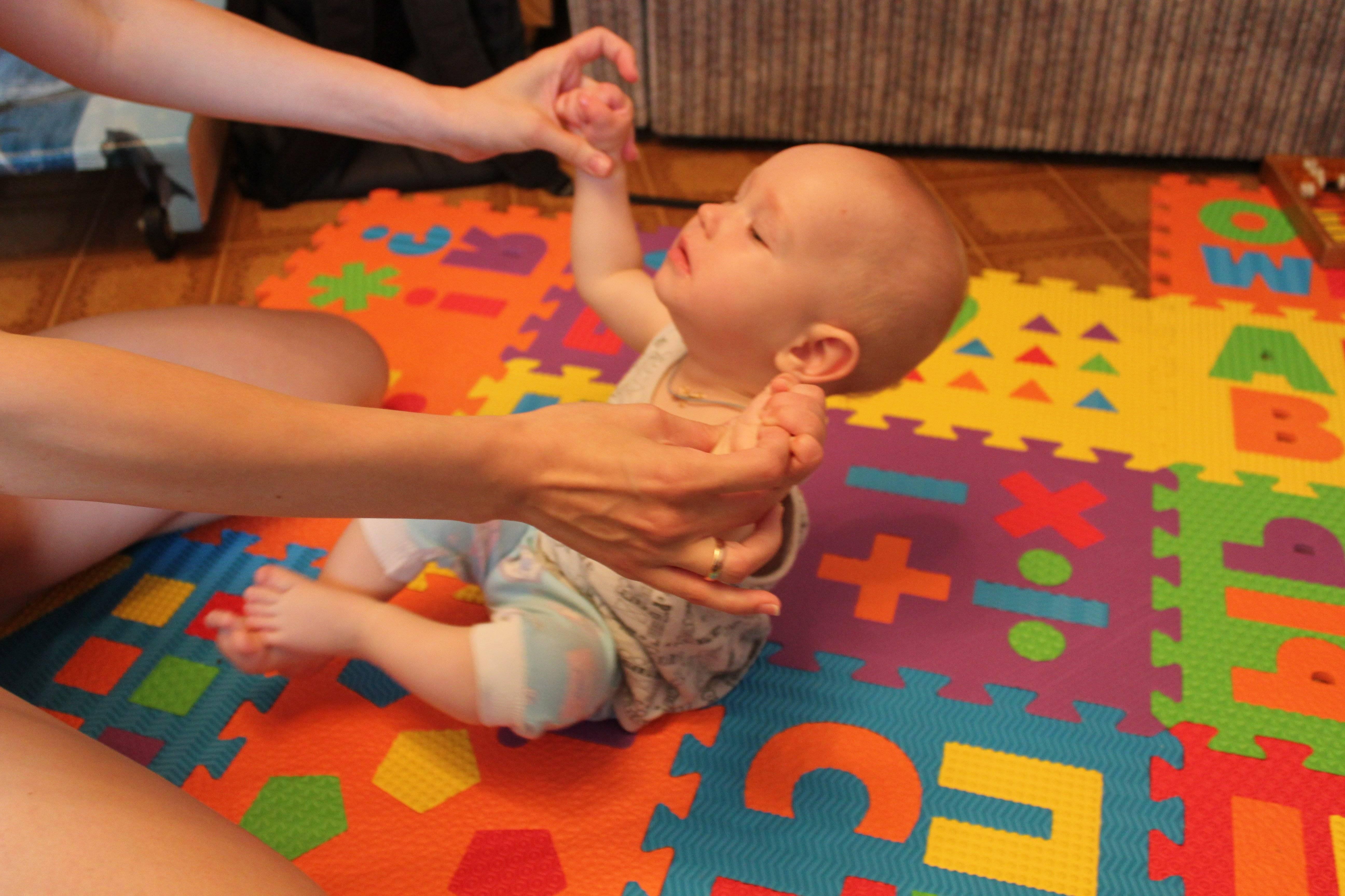 Грудной ребенок капризничает и выгибает спину: причины плача и выгибания малыша