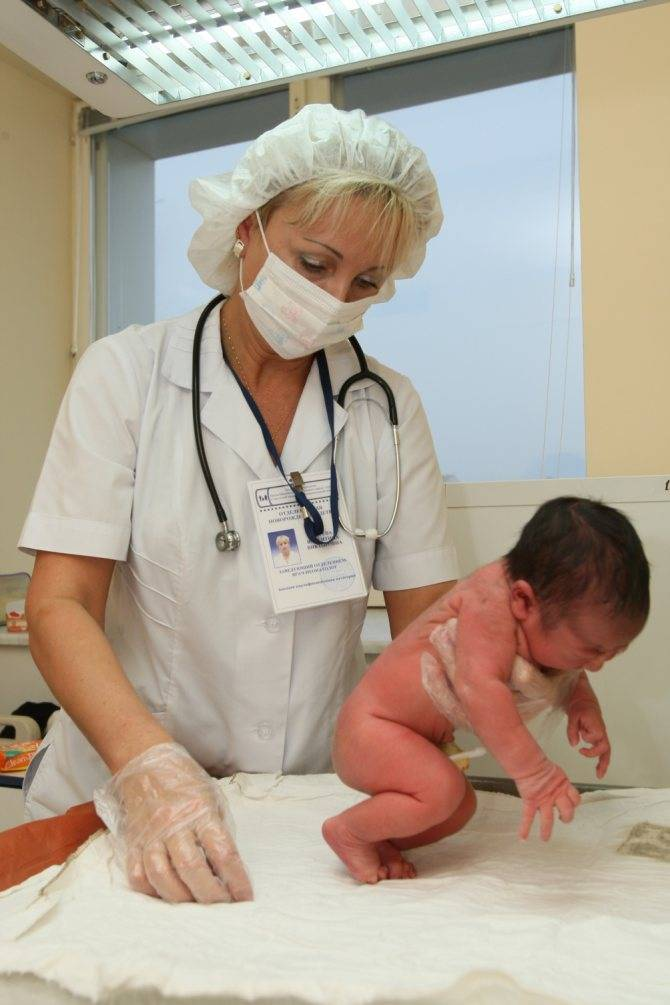 Каких врачей проходить новорожденному (плановая диспансеризация)   первый медосмотр грудничка в месяц