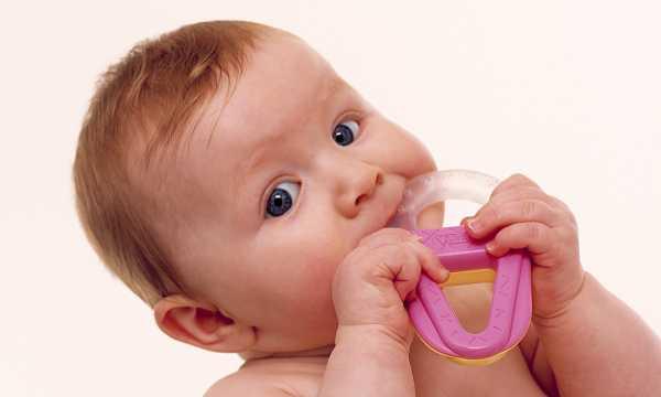 Со скольки месяцев начинают резаться зубы у новорожденных мальчиков и девочек