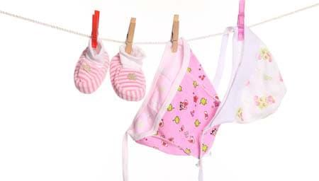Как стирать детские вещи и одежду новорожденных: в стиральной машине или вручную?