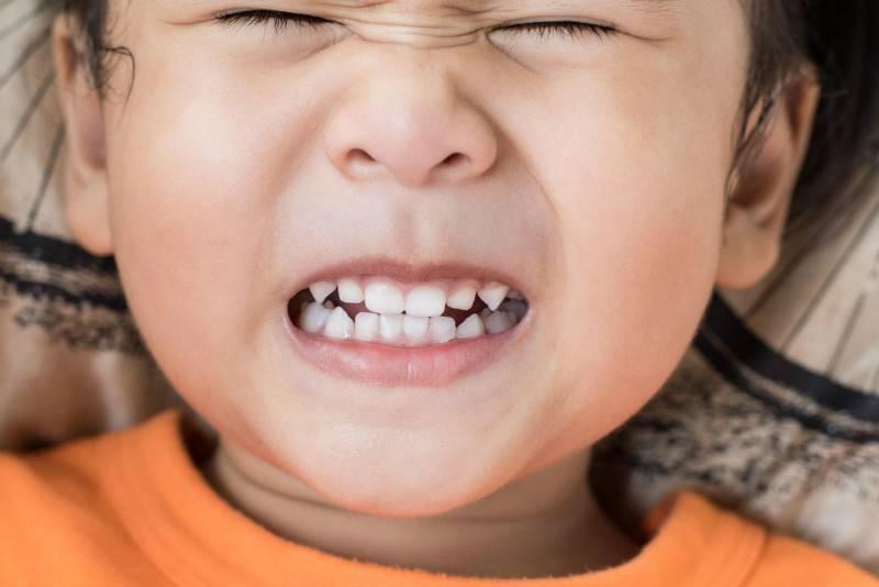 Скрип зубами во сне: причины у детей и способы лечения данного феномена
