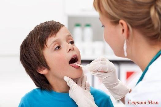 Как понять, что у грудничка болит горло, и как его лечить?