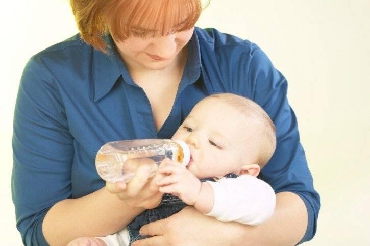 Надо ли поить грудничка водой при грудном вскармливании