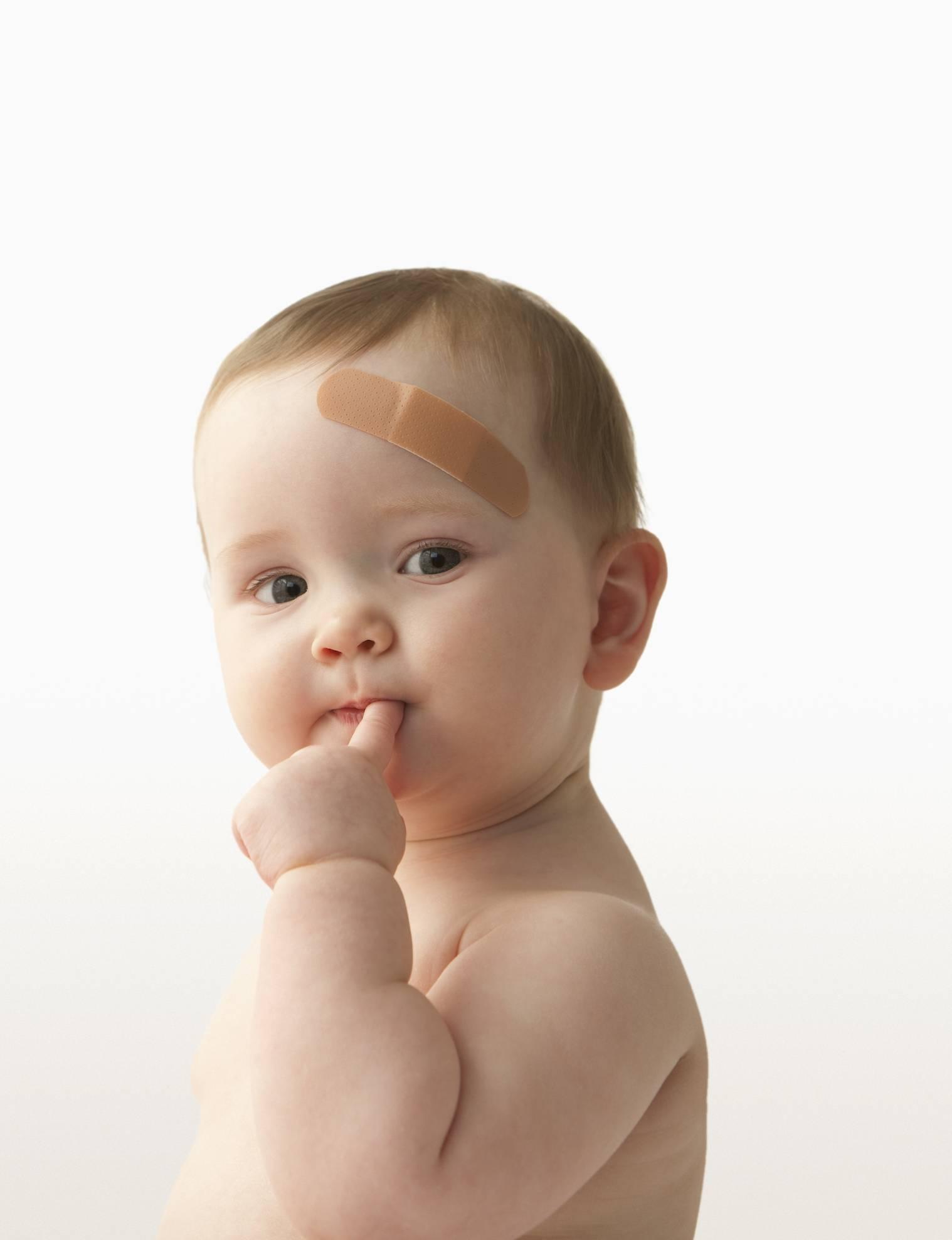 Малыш упал с дивана, кровати, пеленального стола: возможные последствия и первая помощь ребенку.