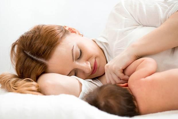 Правильные позы для кормления новорожденных